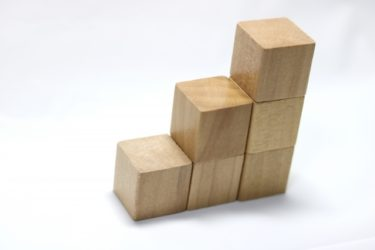 「立方体積み木」おすすめの遊びかたで図形センスをやしなう