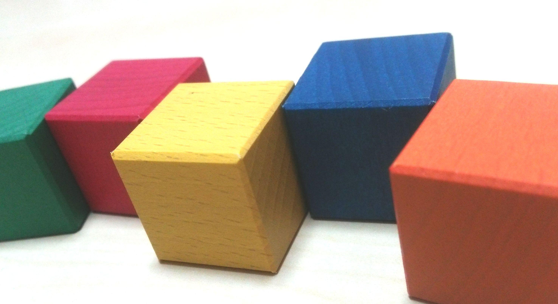 空間認識力を高めるカラー積み木の遊び方