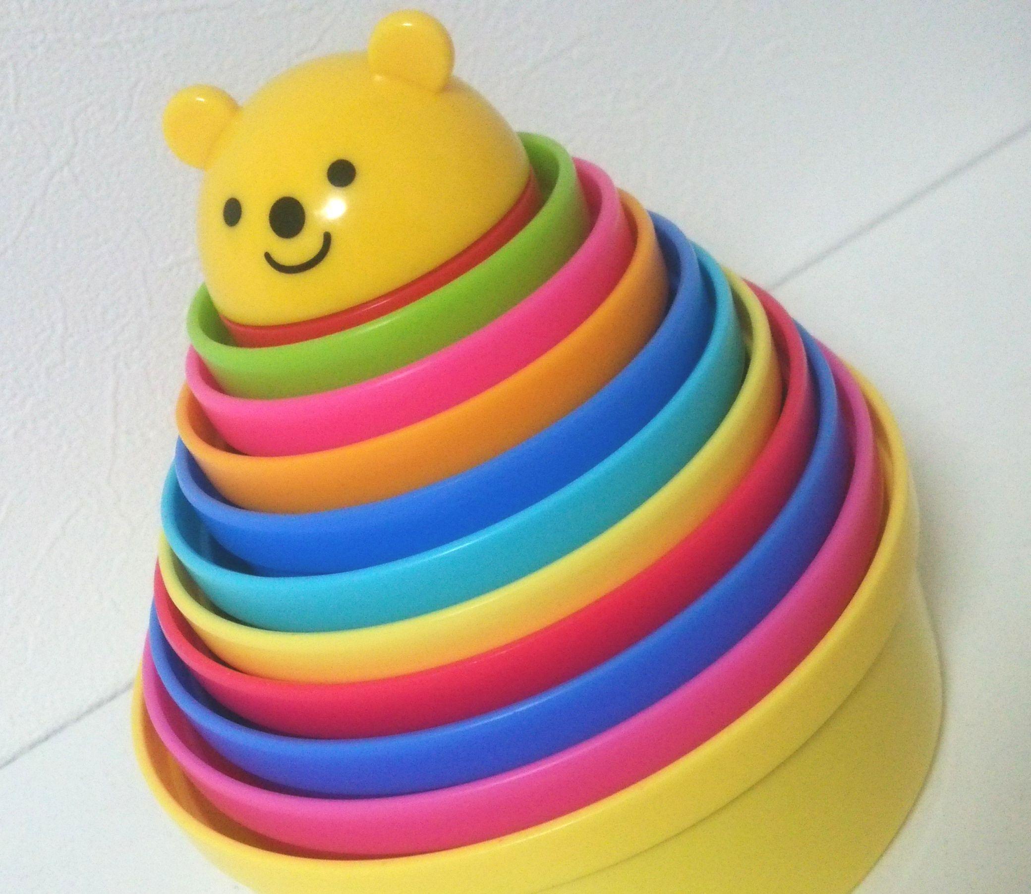赤ちゃんのおもちゃの定番『コップがさね』は、3歳以降も「大小の比較」の教材として使える