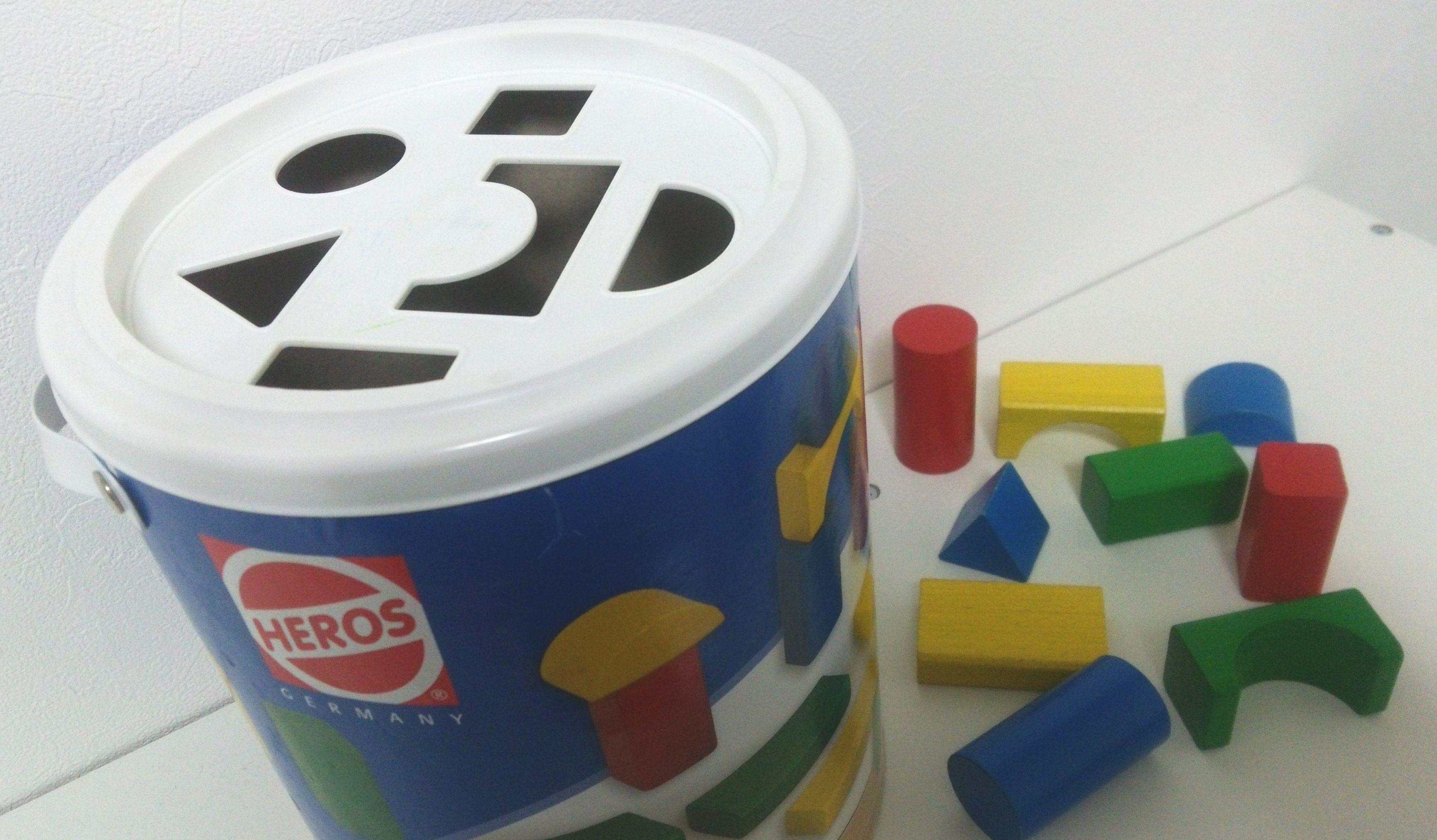 子どもがハマる!型はめパズルとしても使えて2度おいしい『HEROS 筒入り積み木』