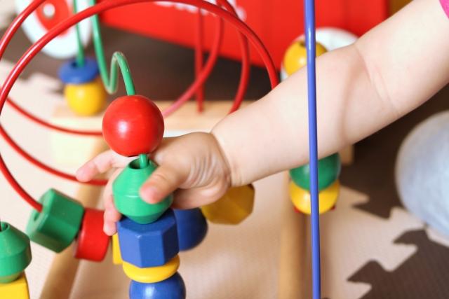 赤ちゃんの脳を刺激する!「手・指」を使うおすすめのおもちゃ