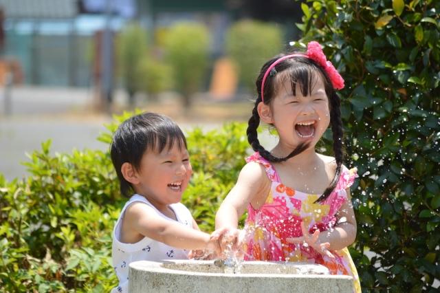 夏休みに子どもとやってみよう!家の中でできる「水」を使う知育遊び