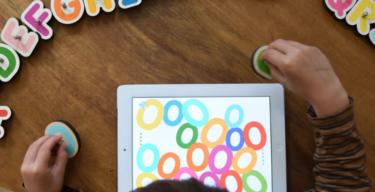 『マルボティック(marbotic)』は、2歳から学べるデジタル×アナログの知育教材。